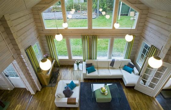 Prostor v obývací části je otevřený až do štítu domu. Interiér tak působí velmi...