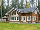 Dřevěná stavba vhodně zapadá do okolní přírody.
