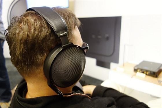 Sluchátka MDR-Z1R na hlavě posluchače.