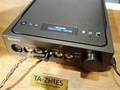 Sluchátkový zesilovač má displej a ovladače na vrchní straně.