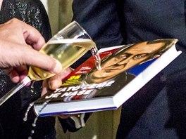 Miloš Zeman křtil a podepisoval  v Pardubicích svou novou knihu.