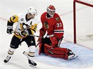 Chris Kunitz z Pittsburghu překonává Scotta Darlinga v brance Chicaga.