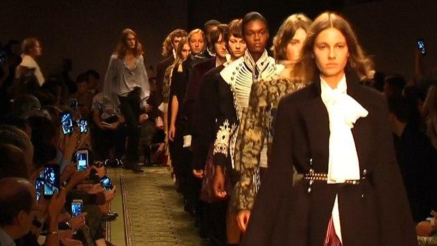 7ee81c633 Trendy z týdnů módy: ošklivé boty, vesmír a móda bez rozdílu pohlaví ...