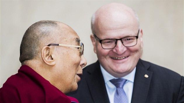 Ministr kultury Daniel Herman se setkal s tibetskım duchovním vůdcem dalajlámou. (18. října 2016)