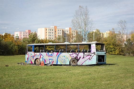 Odstavenı autobus stojí mezi cyklostezkou a sídlištěm Vltava, v těsné blízkosti...