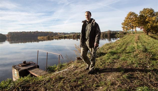 Jan Čadek stojí u rybníka Starý. Bydlí poblíž a tvrdí, že hráz potřebuje...