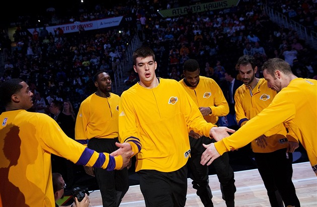 Basketbalisté Los Angeles Lakers přišli s vlastní verzí iniciativy NBA zvané Building Bridges with Basketball.