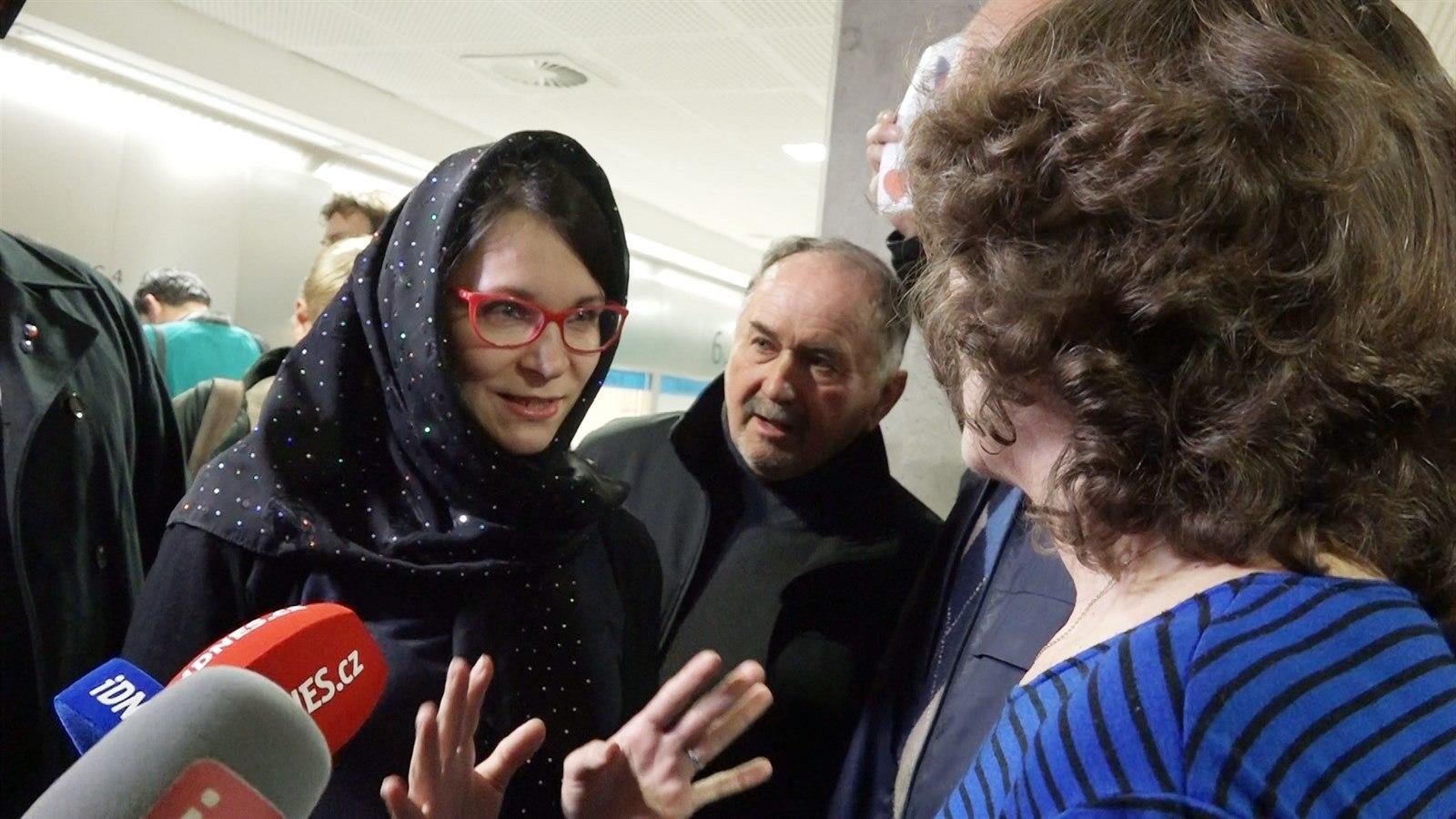 Spor o hidžáb pokračuje neveřejně, soudkyně lidi kvůli povyku vykázala (iDNES.cz)
