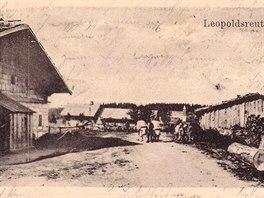 Historická pohlednice z roku 1906 ukazuje osadu Leopoldsreut v létě.