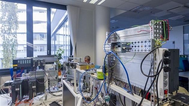 Zaměstnanci Siemensu sedí v kancelářích podle projektů a nikoli svıch profesí. Vedle sebe tak sedí jak ti, kteří navrhují konstrukci hardwaru, tak i ti, kteří do něj vymıšejí software.