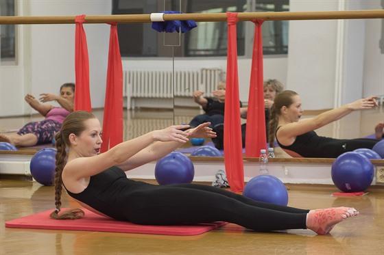 Části cvičení na podložce jsou podobná jako při pilates.