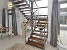 Ocelové zubaticové schodiště dodává interiéru svěží modernu