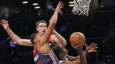 Otto Porter Jr. a Jason Smith z Washingtonu brání Isaiaha Whiteheada z...
