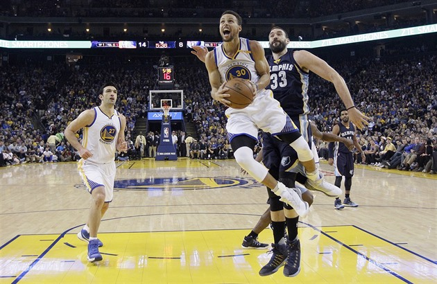 Stephen Curry z Golden State v utkání proti Memphisu.