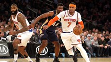 Carmelo Anthony z New York Knicks utíká před Solomonem Hillem z New Orleans.