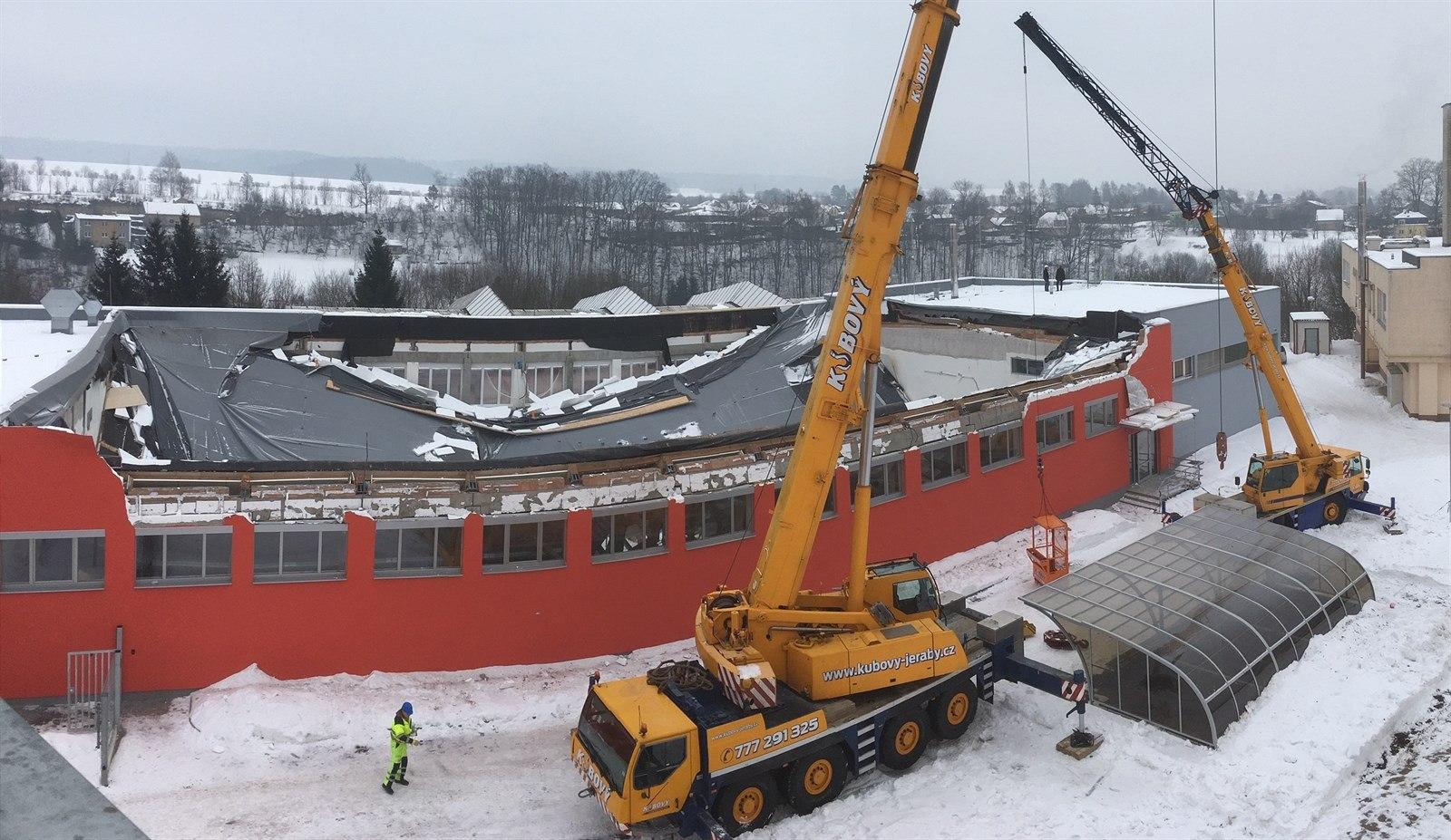 Jeřáb Liebherr LTM 1100/4 zvedá střechu sportovní haly v České Třebové