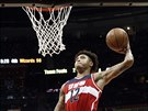 Kelly Oubre Jr. z Washingtonu smečuje proti Atlantě.