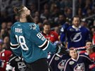 Brent Burns ze San Jose se raduje.