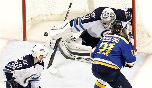 Pavelec pegou uma chance e segurou um assento na NHL. Winnipeg aumenta com ele