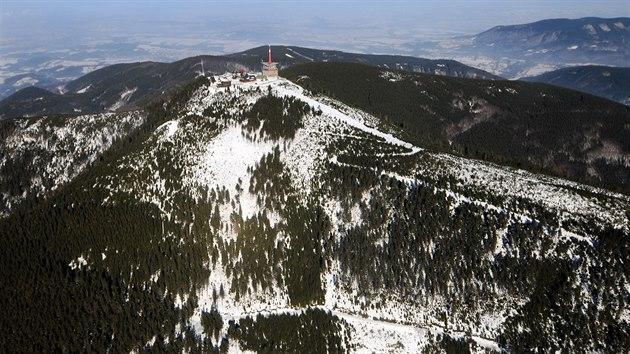 Leteckı pohled na nejvyšší vrchol Moravskoslezskıch Beskyd Lysou horu