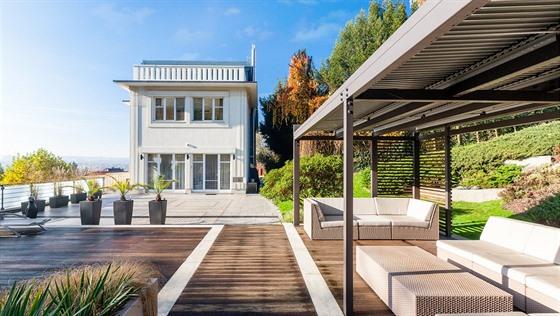 Velká terasa nabízí i kryté posezení pro případ deště nebo příliš ostrého slunce.