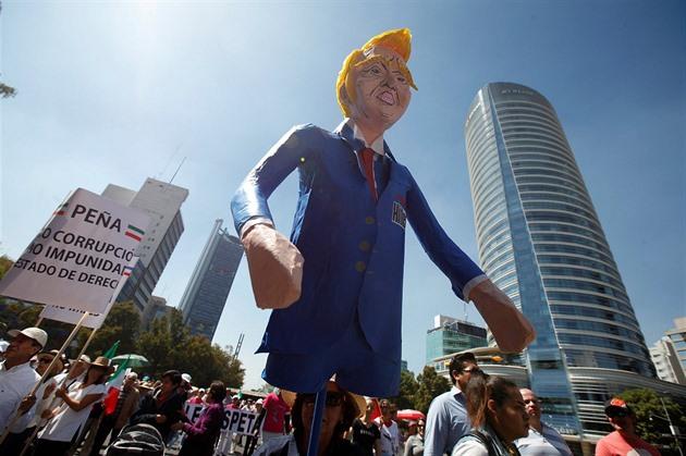Mexické ulice zaplnily tisíce demonstrantů, spílali Trumpovi i Peňovi