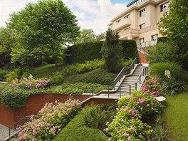 Pečlivě upravená zahrada je v blízkosti botanické zahrady takřka povinností.