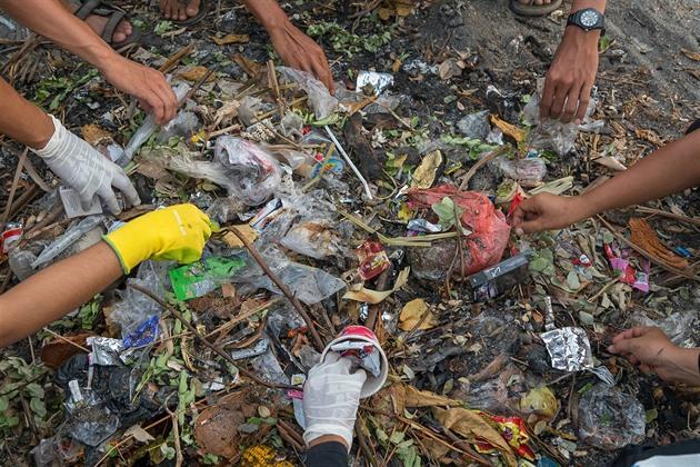 Každý den se v celé Indonésii dostane do oceánu skoro deset tun odpadků.