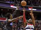 John Wall z Washingtonu střílí přes Jeffa Greena z Orlanda.