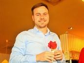 Jakub Gondek si poručil zmrzlinu - malinovou. Její červená barva je nevšední.