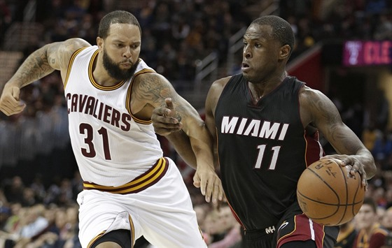 Deron Williams (vlevo) z Clevelandu brání Diona Waiterse z Miami.