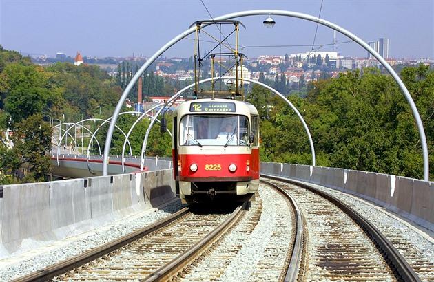 Tramvajová trať ze Smíchova prozatím končí na sídlišti Barrandov. Již za pár let by mohla pokračovat do Holyně a Slivence.
