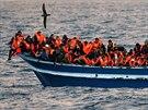 Migranti na přeplněné lodi u břehů Libye. (29.3. 2017)
