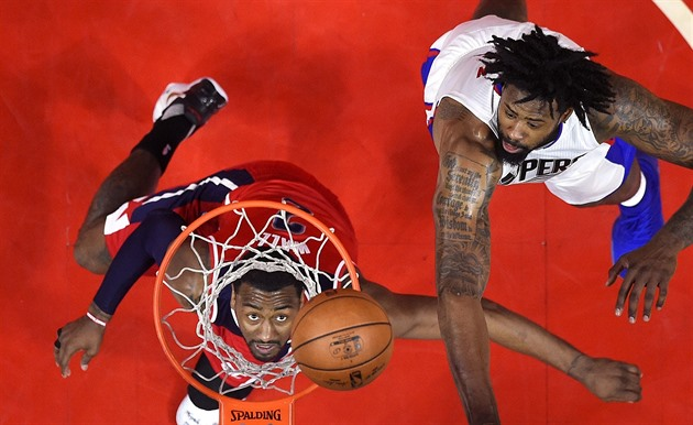 DeAndre Jordan (vpravo) z LA Clippers neubránil Johna Walla z Washingtonu.
