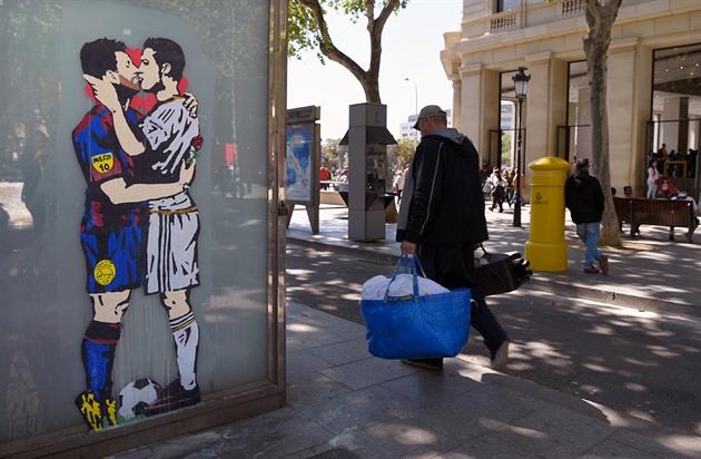 El Clásico também convida um desenho na rua: Messi abraça Ronald na ponta dos pés