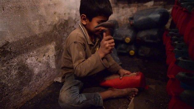 Češi kontrolovali výrobu bot v Agře. Pro Evropu šijí už sedmileté ... b024bae6a70