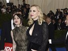 Frances Bean Cobainová a Courtney Love na Met Gala (New York, 1. května 2017)