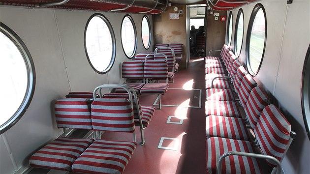 I tímto vozem, přezdívanım ponorka, jezdí cestující po úzkokolejce směrem z jižních Čech na Vysočinu a zpátky.
