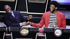 Magic Johnson (prezident LA Lakers, vlevo) a Joel Embiid (pivot Philadelphie)...
