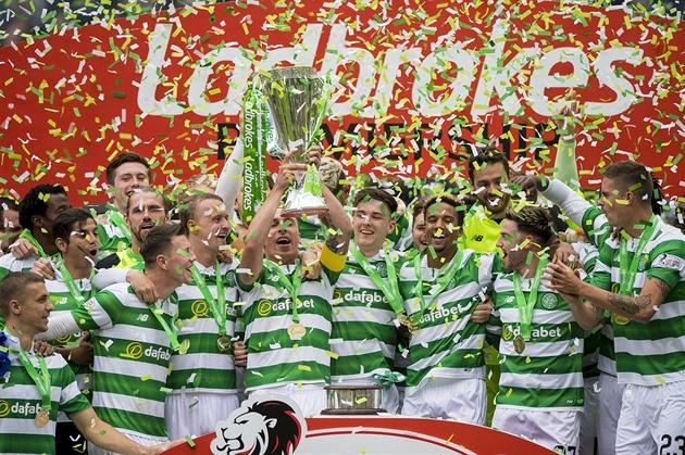 El Celtic dominó la liga sin una sola derrota, Rozehnal puso su propia meta