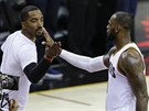 J. R. Smith (vlevo) a LeBron James oslavují koš Clevelandu.