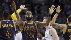 Cleveland v Bostonu dominoval. LeBron James to slaví s Imanem Shumpertem...