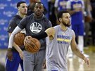 Klay Thompson, Andre Iguodala a Stephen Curry (zleva) na tréninku Golden State