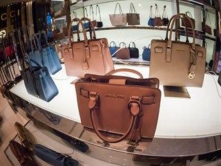 Slavná značka kabelek bude muset zavřít až 125 svých butiků, prodělává