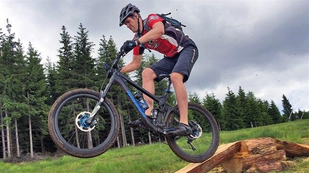 Na nové downhillové a trailové tratě s překážkami se mohou těšit cyklisté ve skiareálu Plešivec. Letos před začátkem léta tam díky skupině jezdců vznikla první trať určená pro mírně pokročilé až vıkonnostní bikery.