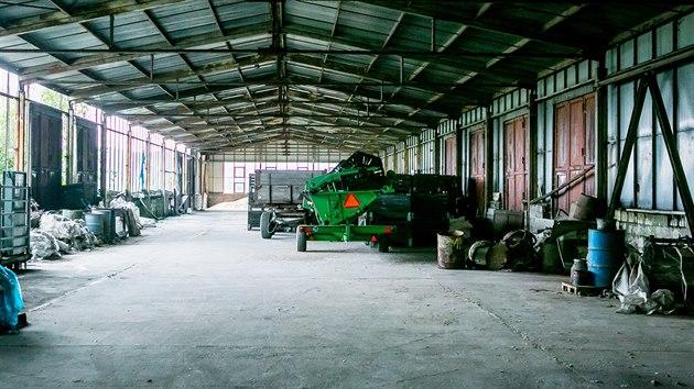 Ve Lhenicích likvidují toxickı odpad z tehdejšího agropodniku, kde se vyráběla chemická hnojiva.