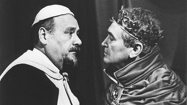 Herec František Řehák (vlevo) ve hře Jindřich IV. v roce 1986 v olomouckém Moravském divadle. Role: Dionisio Genoni. Na snímku je se Svatoplukem Matyášem.