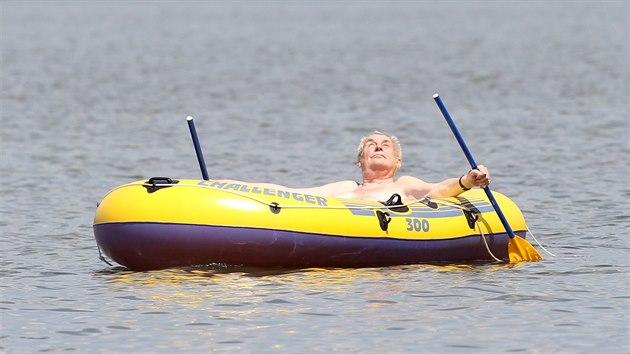 Miloš Zeman o dovolené jako obvykle vyplul na svém gumovém člunu na hladinu rybníka v Novém Veselí na Vysočině. (6. července 2017)