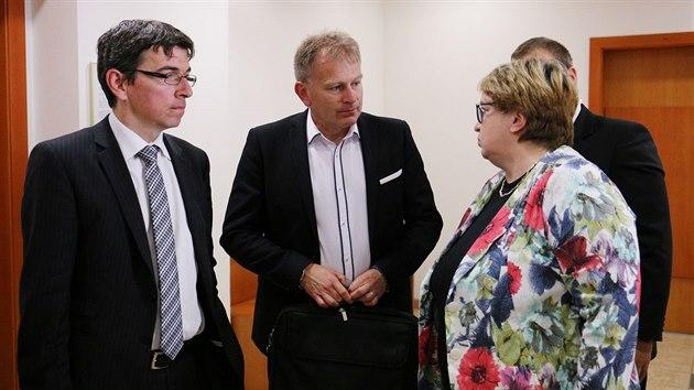 Postoloprtskı starosta Zdeněk Pištora (uprostřed) při rozhovoru s právničkou Janou Zwyrtek Hamplovou.