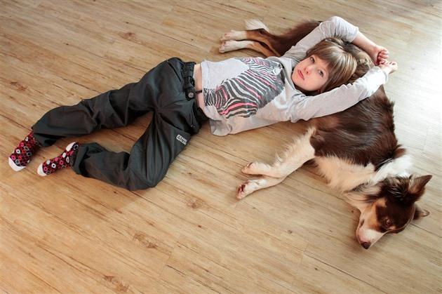 Handicapované dívce pomáhá speciálně vycvičený pes, naučil ji přemýšlet